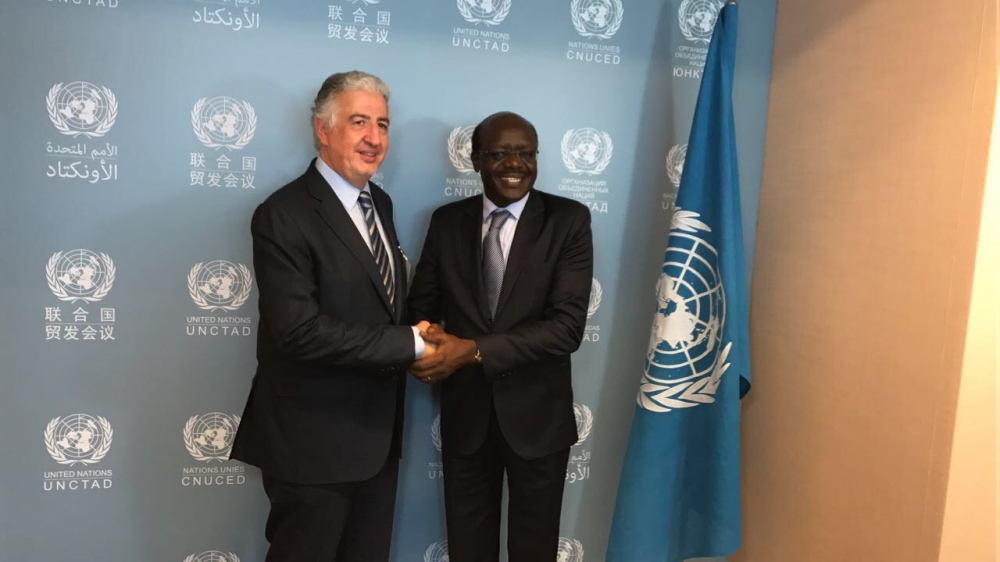 Eng. Hani Salem Sonbol (left), Chief Executive Officer of the International Islamic Trade Finance Corporation, shakes hands with  Dr. Mukhisa Kituyi, SG, UNCTAD during the WTO Aid for Trade Global Review 2017 in Geneva.