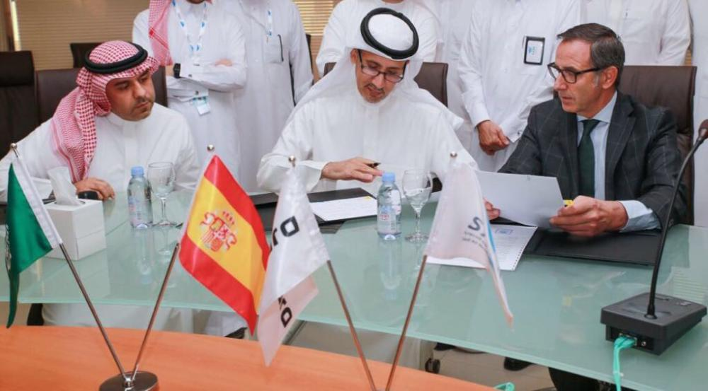 Eng. Abdullah Bin Saleh Alsuweilmy and Gonzelo Gavin during the contract signing ceremony. — courtesy photos