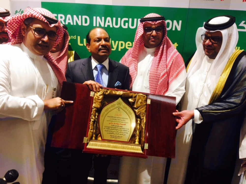 Ibrahim Saleh Al Suwail, deputy governor of Saudi Arabian General Investment Authority, and Arif Ali Al-Taboor Al-Nuaimi, consul general of UAE, present a memento from the Ministry of Health to Yusuffali.