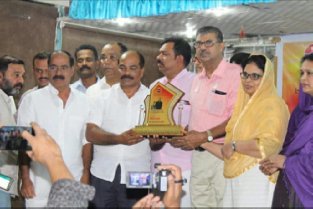 Abdurahiman Wandoor and wife Jasmin honored by a Kerala group
