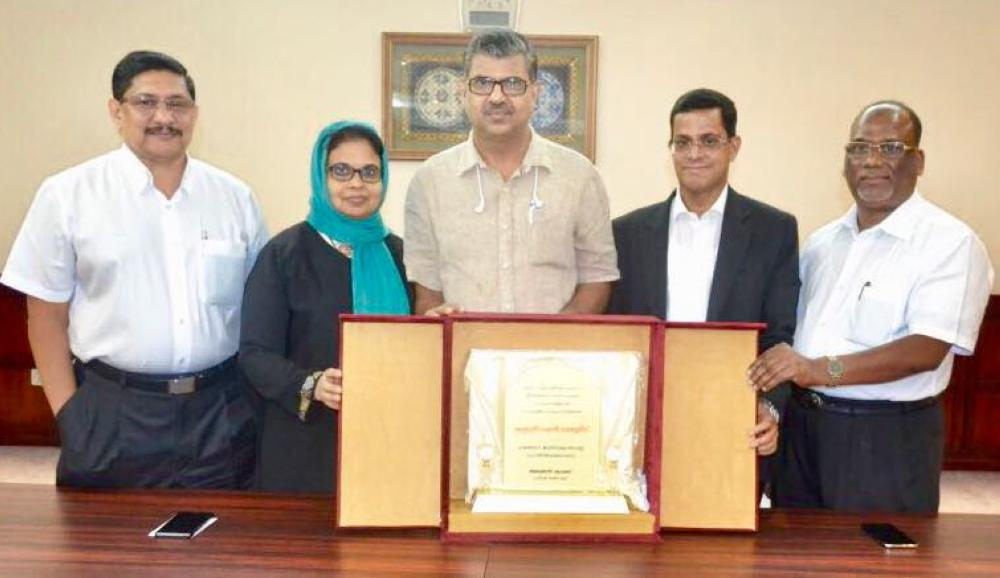 Abeer Group's President Alungal Mohammed and other officials present a memento to Abdurahiman Wandoor and wife Jasmin.