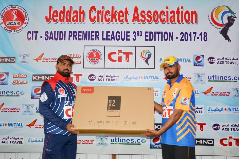 Syed Afroz of Pepsi Deccan Knights receiving Player of Week award sponsored by Hadeel Travel, from Malik Aijaz Ali.