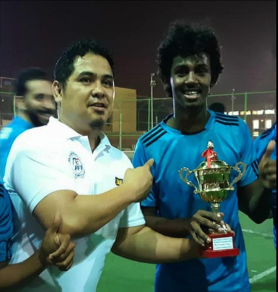 Huzifa Mousa of Eritrea receives the Golden Ball Award from tournament manager Abdullah Sultan.