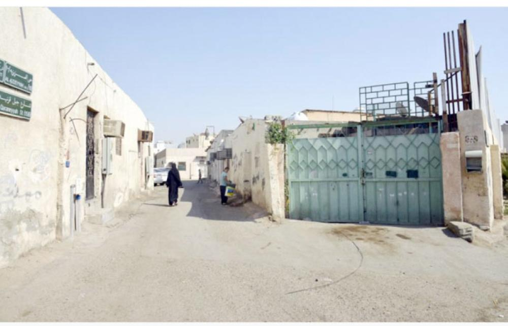 Many Saudis have moved to other residential areas. Some illegal expatriates have turned many abandoned homes into hideouts for their criminal activities. — Okaz photos