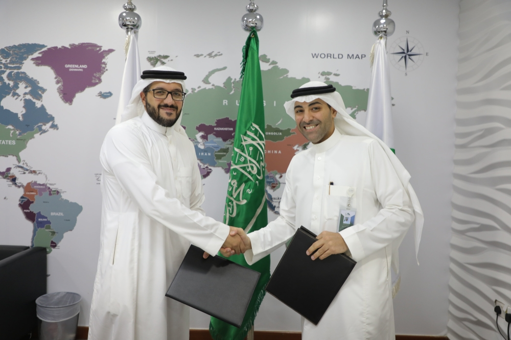 Nawaf Al Sahhaf (right), Chief Executive Officer of Badir Program, and Abdullah Aba Al Khail, CEO of Voxel after signing the agreement