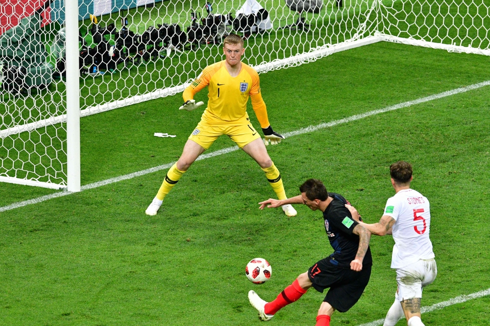 Croatia's forward Mario Mandzukic (C) scores his team's second goal past England's goalkeeper Jordan Pickford (L) during the Russia 2018 World Cup semi-final football match between Croatia and England at the Luzhniki Stadium in Moscow on July 11, 2018. RESTRICTED TO EDITORIAL USE - NO MOBILE PUSH ALERTS/DOWNLOADS   / AFP / Mladen ANTONOV / RESTRICTED TO EDITORIAL USE - NO MOBILE PUSH ALERTS/DOWNLOADS