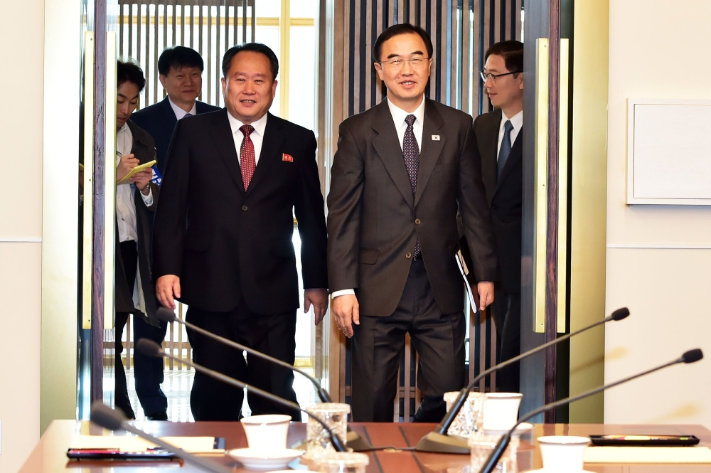 South Korean Unification Minister Cho Myoung-gyon (R) and his North Korean counterpart Ri Son Gwon (L) walk into a room before their meeting at the southern side of the border truce village of Panmunjom in the Demilitarized Zone (DMZ) dividing the two Koreas on Monday. — AFP