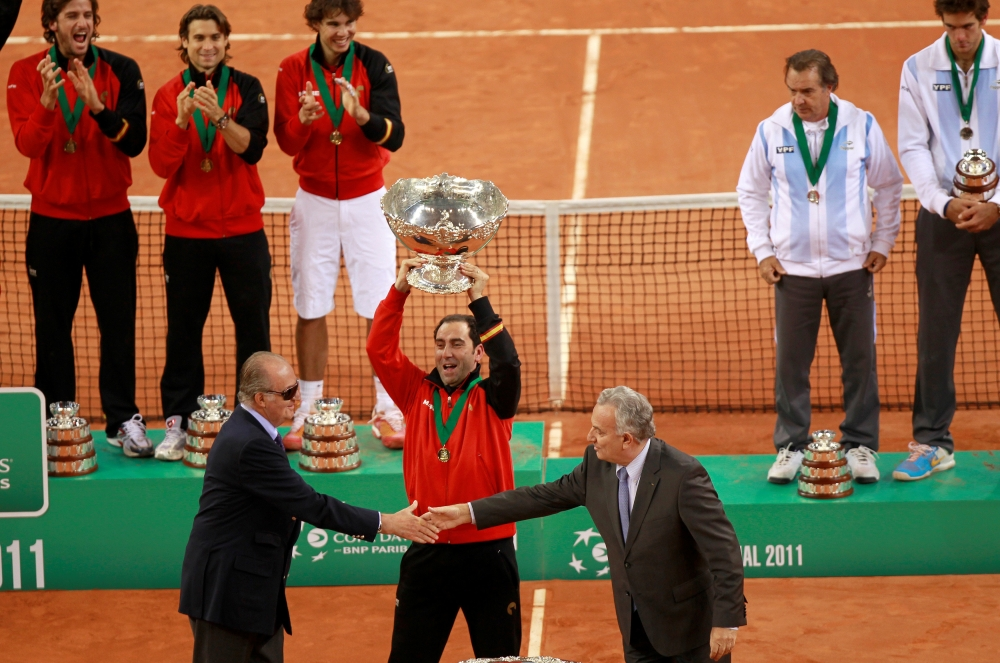 Spain's Captain Albert Costa (C) lifts the Davis Cup trophy in front of Spain's King Juan Carlos (L) and members of the Spain's and Argentina's team after defeating Argentina at their Davis Cup final reverse singles rubber at the Olympic Stadium in Seville, in this file photo. — Reuters