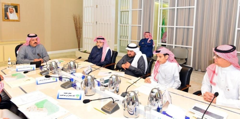 Emir of Hail Prince Abdulaziz Bin Saad chairs a meeting of officials to discuss the wild park project in the region.