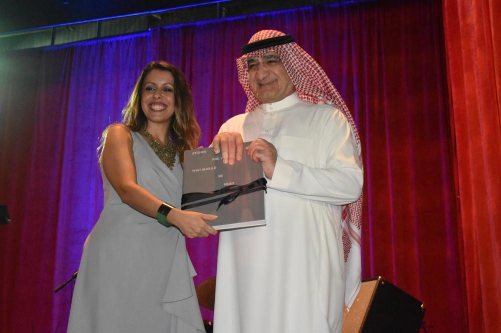 Italian Consul General Elisabetta Martini gives a farewell gift to Saleh Ali Al-Turki, mayor of Jeddah. — SG photo by Abdulaziz Hammad