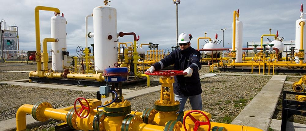 A worker at an ENAP plant in Santiago. Police and prosecutors raided ENAP's oil refinery and maritime port in Hualpen and Talcahuano, two adjoining towns 315 miles (505 km) south of Santiago, early on Monday, ENAP confirmed. — File photo