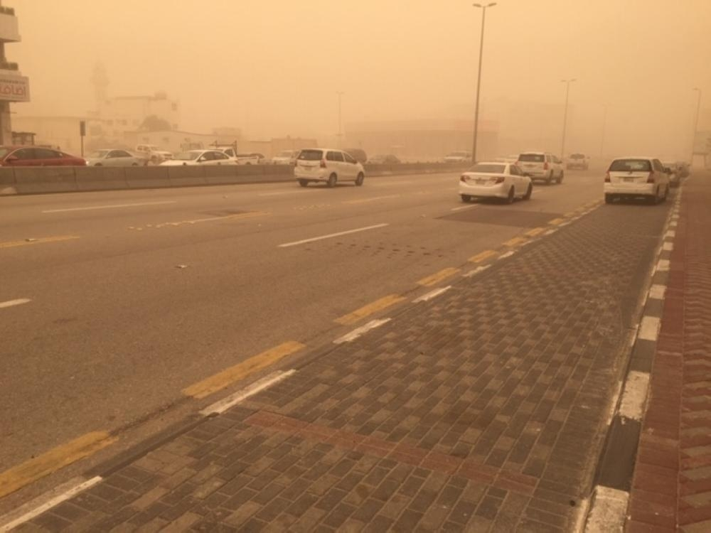 Motorists on King Fahd Road connecting Dammam with Khobar and leading to the King Fahd International Airport braving thick dust that enveloped the whole region Thursday morning. — Saudi Gazette photo