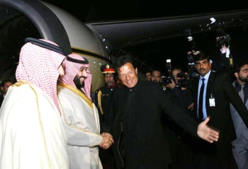 Crown Prince Mohammad Bin Salman being welcomed at Noor Khan Air Base in Rawalpindi by Prime Minister Imran Khan. Cabinet members and Army Chief Gen. Qamar Javed Bajwa and others were also present at the air base to receive the Crown Prince. — Courtesy: PID