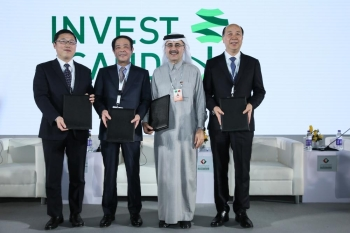 Saudi Aramco CEO, Amin Nasser, with the Chairman of Juhua, Hu Zhongming (far left); the Chairman of Rongsheng, Li Shuirong (second to the left) and the Chairman of TongKun, Chen Shiliang (right). — Courtesy photo