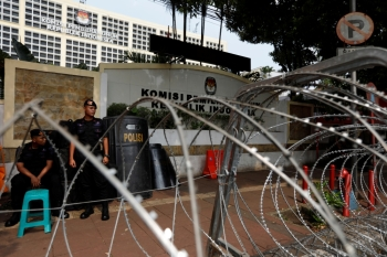 Mobile police brigade officers stand guard outside the General Election Commission (KPU) headquarters ahead of the announcement of the presidential election results after last month's election in Jakarta, Indonesia, May 20. - Reuters