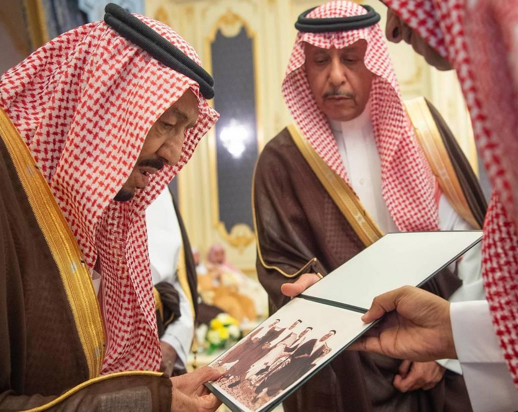 King receives princes, scholars, citizens