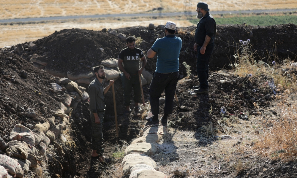 Volunteers dig, cook, fill sandbags in Syrian war - Saudi