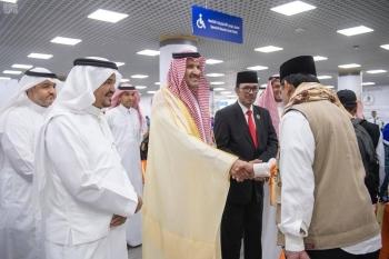 Emir of Madinah Prince Faisal Bin Salman receives a group of Indonesian pilgrims at Prince Muhammad Bin Abdulaziz International Airport in Madinah, Sunday. — SPA