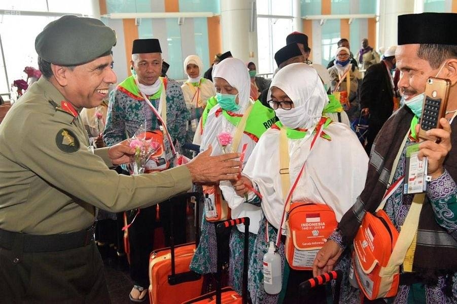 The Chairman of the Supervisory Committee for Makkah Route Initiative and Director General of Passports (Jawazat) Maj. Gen. Sulaiman Bin Abdulrahman Al-Yahya received on Friday night the second batch of Malaysian pilgrims at King Abdulaziz International Airport in Jeddah within the Makkah Route Initiative. — SPA