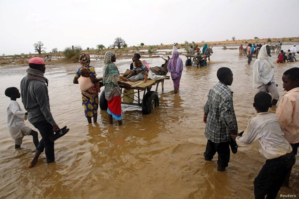 Displaced people carry their belongings to relocate to dryer areas following flooding caused by heavy rains, Nyala, Sudan, June 3, 2017. Parts of the country have been reeling from fresh floods over the past two months. (FILE PHOTO)