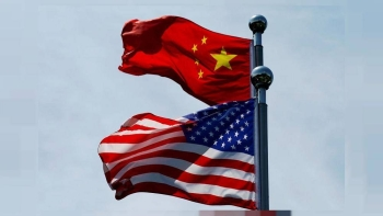 Chinese and US flags flutter near The Bund, before US trade delegation meet their Chinese counterparts for talks in Shanghai, China July 30, 2019. -Reuters