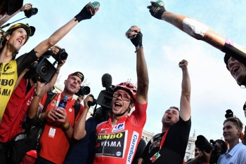 Team Jumbo rider Slovenia's Primoz Roglic (C) celebrates with his teammates after winning the 21st and last stage of the 2019 La Vuelta cycling Tour of Spain, a 106,6 km race from Fuenlabrada to Madrid, on Sunday. — AFP