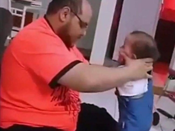 The video showing an Arab man beating his baby girl to get her to stand up received an angry outburst from many people. — Okaz photo