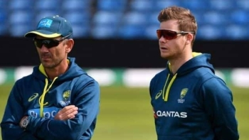 Justin Langer (left) and Steve Smith. — AFP