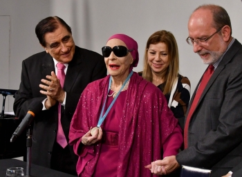 Cuban prima ballerina assoluta and director of Cuba's National Ballet Alicia Alonso (C) receives the doctorate Honoris Causa from the rector of the Universidad de Costa Rica (UCR) Henning Jensen, next to her husband Peter Simon (L) in San Jose on March 22, 2017.  — AFP