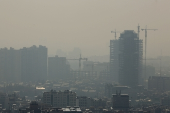 A general view taken from Western Tehran shows a blanket of brown-white smog covering the city as heavy pollution hit the Iranian capital on Wednesday. — AFP