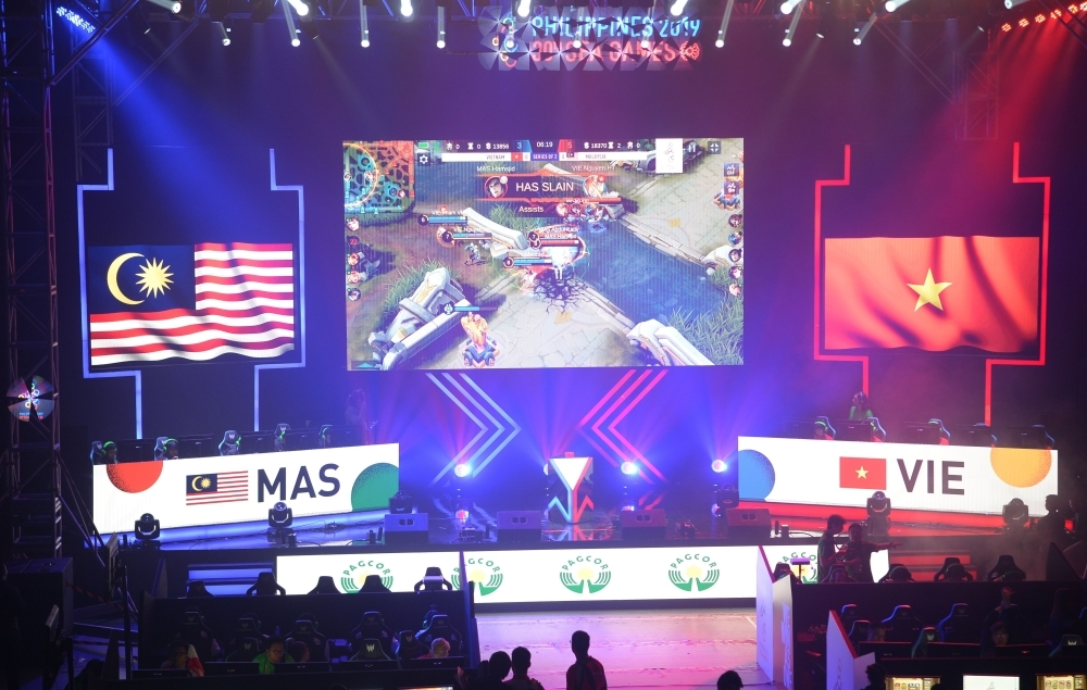 Gamers from Malaysia (L) and Vietnam (R) compete in the qualifying rounds of the eSports event at the SEA Games (Southeast Asian Games) in Manila on Thursday. — AFP