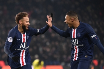 Paris Saint-Germain's Brazilian forward Neymar, left, is congratulated by Paris Saint-Germain's French forward Kylian Mbappe after scoring his team's first goal during the French L1 football match between Paris Saint-Germain (PSG) and FC Nantes (FCN) at the Parc des Princes in Paris, on Wednesday. — AFP