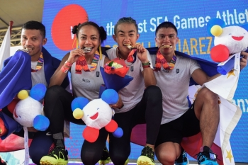 (L-R) Sherwin Managil, Glorien Merisco, Sandi Abahan and Mervin Guarte of the Philippines show off their silver and gold medals after their win at the SEA Games (SouthEast Asian Games) men's and women's 5k x 20 obstacle course held at the Filinvest Alabang, south of Manila on Friday. — AFP