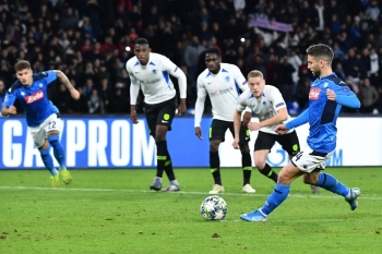 Napoli's Belgian forward Dries Mertens (R) shoots to score a penalty during the UEFA Champions League Group E football match Napoli vs Genk at the San Paolo stadium in Naples, on Tuesday. — AFP