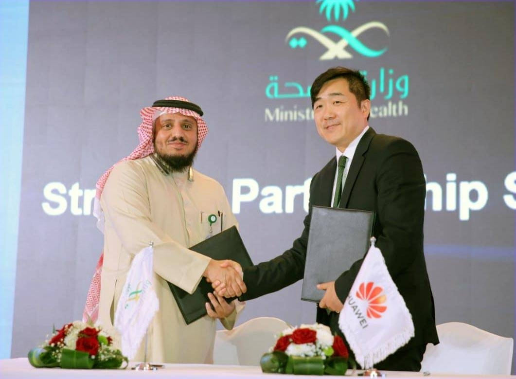 Dr. Ahmed Mohammed Balkhair, eHealth and Digital Transformation Deputy Minister in Ministry of Health, and Dennis Zhang, CEO of Huawei Tech. Investment Saudi Arabia Co., Ltd., sign an MoU for smart healthcare.