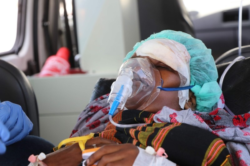 A wounded woman, from the December 28, 2019 car bomb explosion in Mogadishu, has an oxygen mask on as she waits for emergency evacuation to Turkey for medical treatment, at the Adan Adde international airport in Mogadishu on December 29, 2019. -AFP