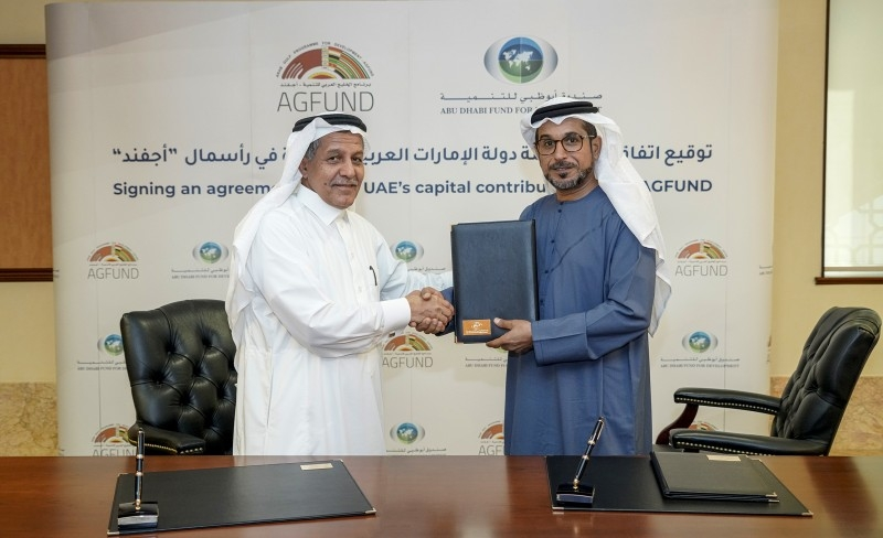 Mohammed Saif Al Suwaidi, Director General of ADFD, and Youssef Al Bassam, Vice Chairman of AGFUND, sign the agreement