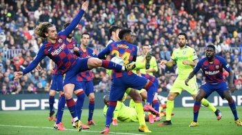 Barcelona's French forward Antoine Griezmann, left, kicks the ball during the Spanish league football match between FC Barcelona and Getafe CF at the Camp Nou stadium in Barcelona, Spain, on Saturday. — AFP