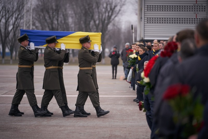 Soldiers carry a coffin of one of the eleven victims of the Ukraine International Airlines flight 752 plane disaster during a memorial ceremony outside Kiev on Jan. 19, 2020. -- File photo