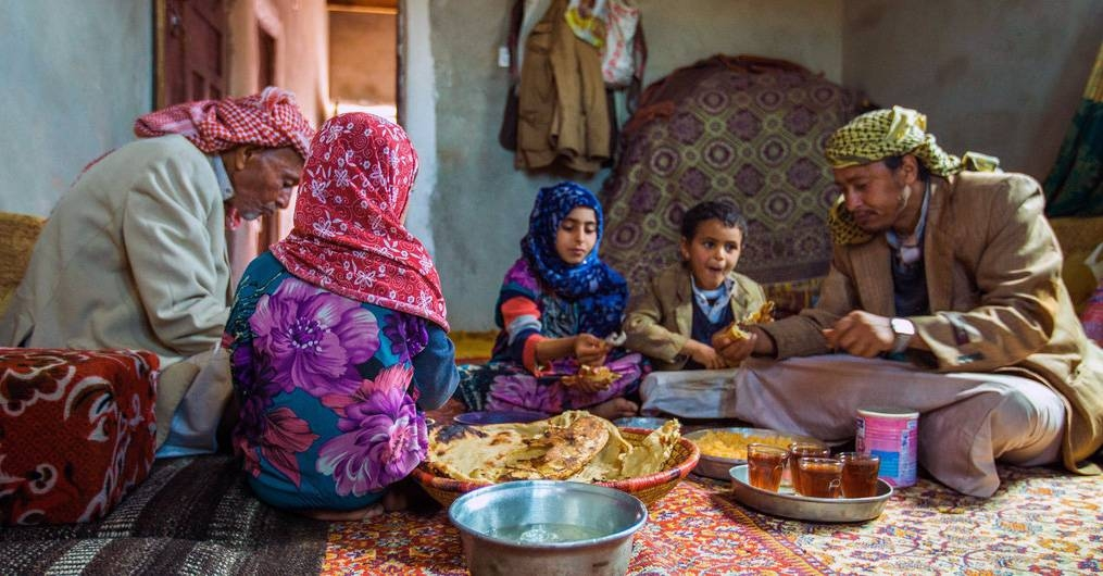 A family from Amran Governorate in Yemen shares lunch. — courtesy UNICEF