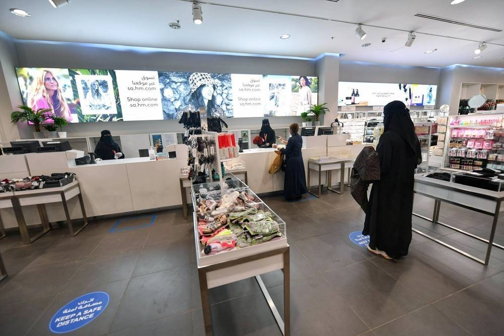 Preventive protocol stipulates two meters distance in shops; isolation room in malls
