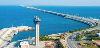 The King Fahd Causeway Authority recently completed the installation of new gates on the Saudi Arabian side of the bridge that will see it fitted with automated payment portals to ease contactless interaction of travelers crossing into Bahrain.
