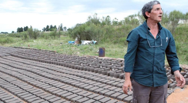 Artisanal brickmakers in Uruguay put the raw material into a mold, and then lay it out to dry. — courtesy Pablo Montes Goitia/UN Uruguay