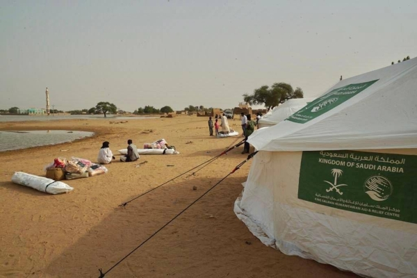 KSrelief donates 400 tents and shelter aid packages to those affected by the floods in Sudan.