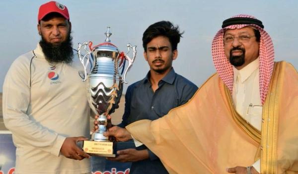 PDK Capt Akbar receiving CSG Winner Trophy from Mohd Uzair Ahmed