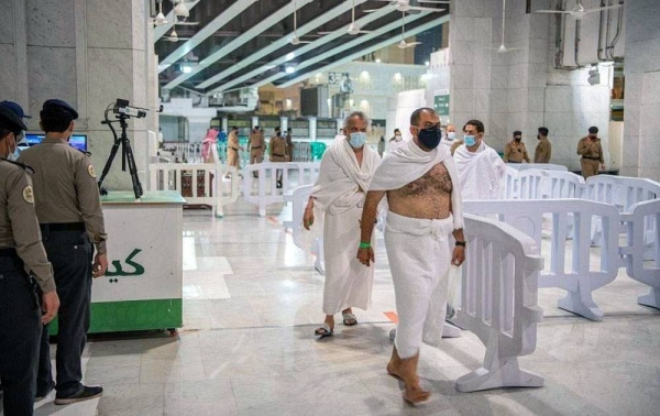 The leading group of Umrah performers from inside the Kingdom began arriving at the Grand Mosque.