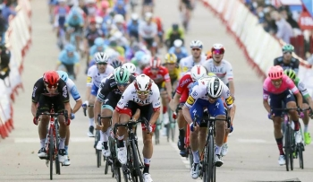 A strong team display from UAE Team Emirates saw Jasper Philipsen sprint home to second place on stage 4 of the Vuelta España from Garray to Ejea de los Caballeros (191.7 km).