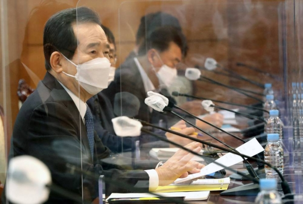 Prime Minister Chung Sye-kyun presides over a meeting of the Central Disaster and Safety Countermeasure Headquarters at the government complex in Seoul on Friday. — courtesy Yonhap