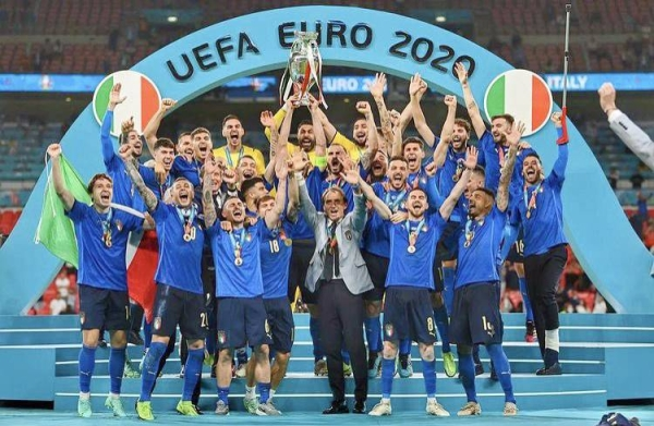 The Italian team jubilates with the Euro 2020 trophy